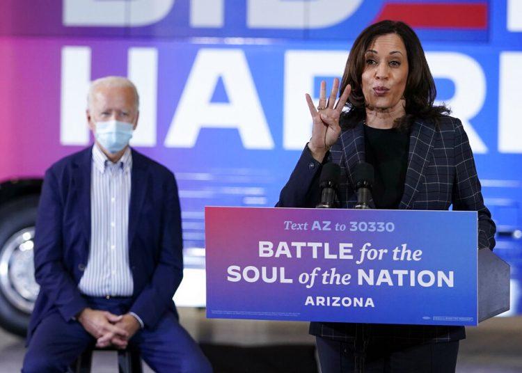 La candidata demócrata a la vicepresidencia Kamala Harris hablando en un acto en Phoenix el 8 de octubre del 2020. La escucha, detrás suyo, el líder de la fórmula Joe Biden. Foto: AP Photo/Carolyn Kaster.