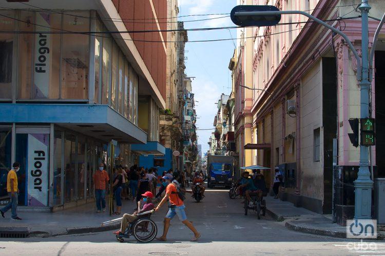 Calle San Rafael, en La Habana, durante la desescalada post COVID-19. Foto: Otmaro Rodríguez.