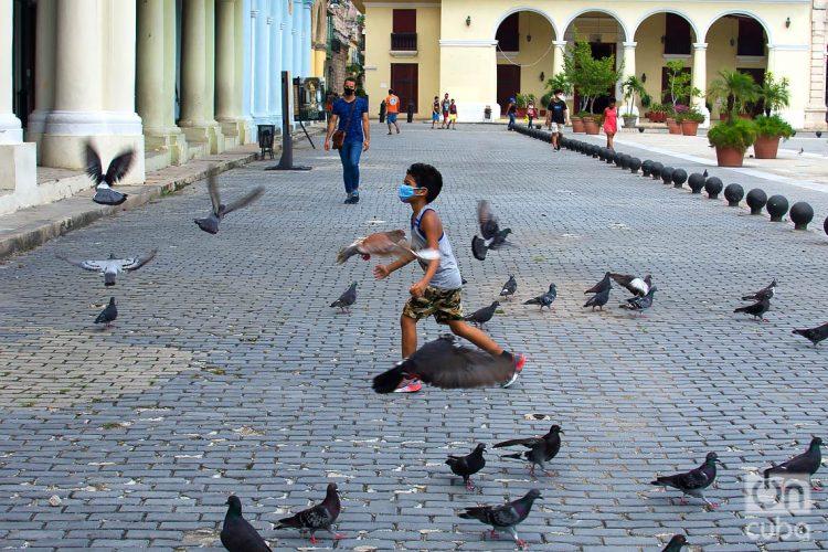 Un niño juega en una plaza de La Habana, durante la desescalada post COVID-19. Foto: Otmaro Rodríguez.