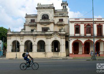 Un joven en bicicleta durante la desescalada post COVID-19 en La Habana. Foto: Otmaro Rodríguez.