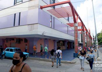 Personas caminan por los alrededores de la tienda Carlos III, en La Habana. Foto: Otmaro Rodríguez / Archivo.