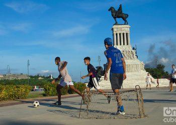Jóvenes juegan fútbol en el Parque Máximo Gómez, durante la desescalada post COVID-19 en La Habana. Foto: Otmaro Rodríguez.