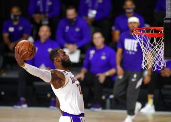 LeBron James (23), de los Lakers de Los Ángeles, se eleva para clavar el balón en la primera mitad del sexto partido de la final de la NBA ante el Heat de Miami, el domingo 11 de octubre de 2020, en Lake Buena Vista, Florida. Foto: AP/Mark J. Terrill.