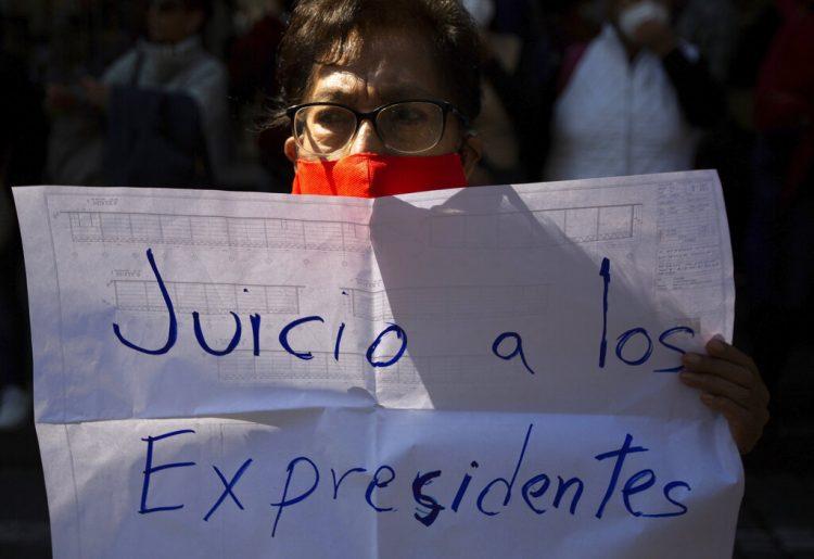 """Una partidaria del presidente de México, Andrés Manuel López Obrador, sostiene una pancarta con el mensaje """"Juicio a los expresidentes"""" durante una manifestación frente a la Corte Suprema en la Ciudad de México, el jueves 1 de octubre de 2020. Foto: Fernando Llano/AP."""