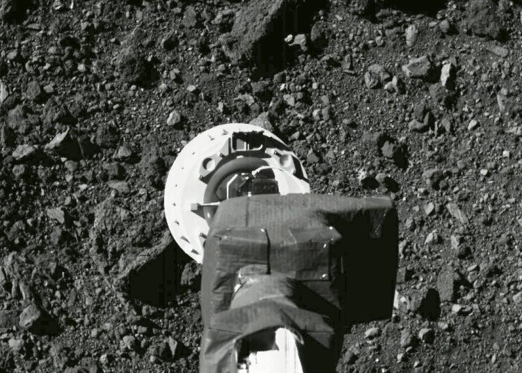 Esta fotografía del 11 de agosto de 2020 muestra el brazo robótico de la nave espacial Osiris-Rex durante un ensayo. Foto: NASA/Goddard/Universidad de Arizona vía AP.