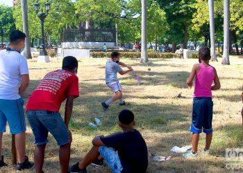 Niños juegan pelota usando nasobucos en el Parque de la Fraternidad, en La Habana, tras la flexibilización de las restricciones por la COVID-19 en la ciudad. Foto: Otmaro Rodríguez/Archivo.
