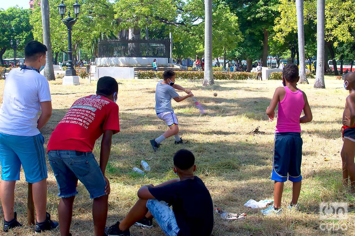 Niños juegan pelota usando nasobucos en el Parque de la Fraternidad, en La Habana, tras la flexibilización de las restricciones por la COVID-19 en la ciudad. Foto: Otmaro Rodríguez.