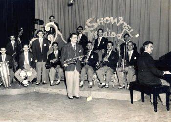 Fotografía cedida por la Editorial Unos & Otros donde aparece la Orquesta Hermanos Castro durante una aparición en el Show del Mediodía en 1953. Foto: EFE/Editorial Unos & Otros.