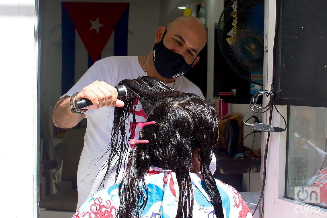Peluquero retoma su negocio privado en La Habana, durante la desescalada post COVID-19. Foto: Otmaro Rodríguez.