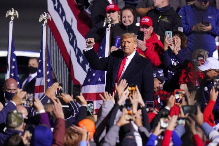 El presidente Donald Trump finalizaun acto electoral en el aeropuerto local John P. Murtha Johnstown-Cambria County en Johnstown, Pennsylvania, 13 de octubre de 2020. Foto: Gene J. Puskar/AP.