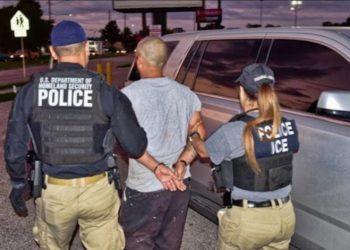Una patrulla de ICE arresta un contrabandista en Miami. | ICE