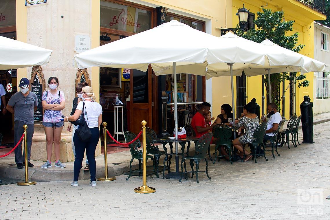 Reapertura de una cafetería bajo medidas sanitarias, durante la desescalada post COVID-19 en La Habana. Foto: Otmaro Rodríguez.