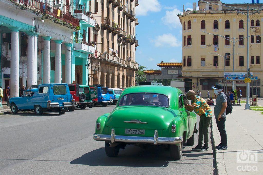 Taxis privados reinician sus actividades, tras la flexibilización de las restricciones por la COVID-19 en La Habana. Foto: Otmaro Rodríguez.