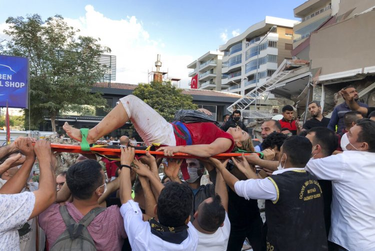 Socorristas transportan a un herido hallado entre los escombros de un edificio derrumbado en Izmir, Turquía, viernes 30 de octubre de 2020. Foto: AP/Ismail Gokmen.