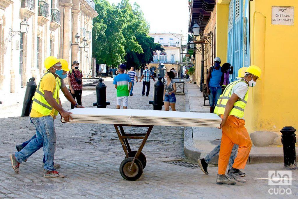 Se reinician labores en diferentes sectores de la economía, tras la flexibilización de las restricciones por la COVID-19 en La Habana. Foto: Otmaro Rodríguez.