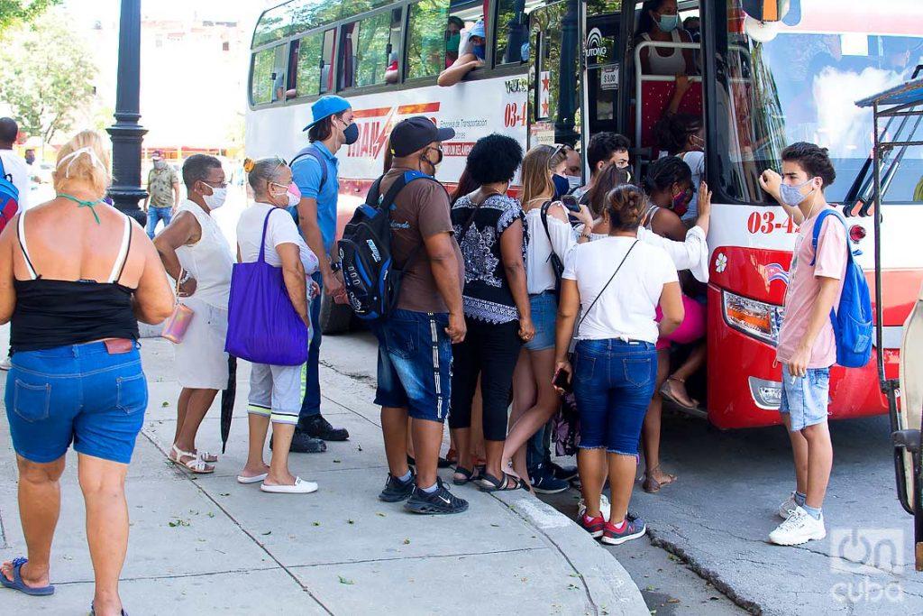 Transporte estatal en La Habana, tras la flexibilización de las restricciones por la COVID-19 en la ciudad. Foto: Otmaro Rodríguez.