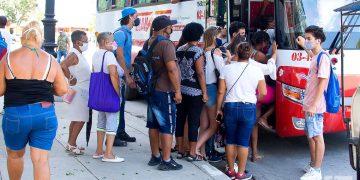 Algunas rutas del transporte urbano en La Habana reducirán sus frecuencias de viaje por baja disponibilidad de combustible. Foto: Otmaro Rodríguez.