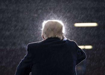 Trump habla durante un mitin en el Aeropuerto Internacional de Lansing, Michigan, el martes 27 de octubre. Foto: Evan Vucci / AP.