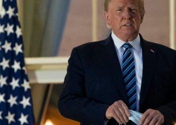 El presidente Donald Trump portando un nasobuco. Foto: AP.