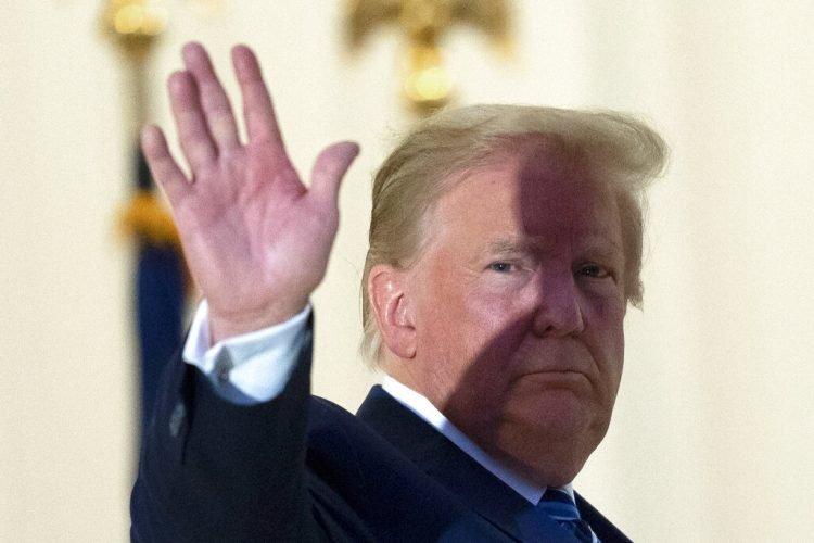 El presidente estadounidense Donald Trump saluda desde el balcón de la Casa Blanca al regresar el lunes, 5 de octubre del 2020, tras salir del hospital militar Walter Reed en Bethesda, Maryland, donde fue tratado por COVID-19. Foto: AP/Alex Brandon.