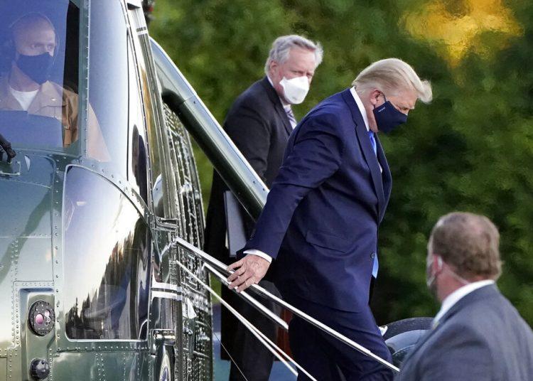Fotografía del viernes 2 de octubre de 2020, del presidente de Estados Unidos, Donald Trump, bajando del helicóptero Marine One a su llegada al Centro Médico Militar Walter Reed en Bethesda, Maryland, tras dar positivo por COVID-19. (AP Foto/Jacquelyn Martin, Archivo)