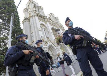 Agentes de la policía francesa hacen guardia cerca de la iglesia de Notre Dame, en Niza, en el sur de Francia, el 29 de octubre de 2020, luego del ataque. Foto: Eric Gaillard/Pool via AP.