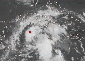 Zona de bajas presiones al sur de Cuba. Foto: Centro Nacional de Huracanes de Estados Unidos.