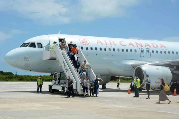 Llegada de turistas canadienses a Cuba. Foto: Prensa Latina.