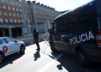 La policía monta un control en el distrito madrileño de Moncloa, el sábado 3 de octubre de 2020, en el inicio de un nuevo confinamiento para contener el rebrote de la COVID-19. Foto: Víctor Lerena / EFE.