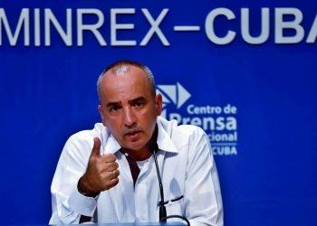 Ernesto Soberón, director general de Asuntos Consulares y Cubanos Residentes en el Exterior del MINREX, en en conferencia de prensa en el Centro de Prensa Internacional en La Habana, el 19 de octubre de 2020. Foto: Ernesto Mastrascusa / EFE.