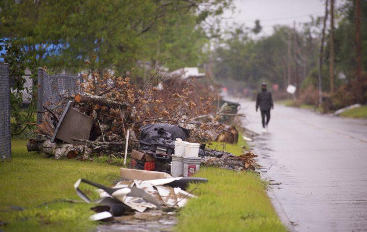 Escombros causados por el paso del huracán Laura aún se encuentran apilados a un costado de los caminos en Lake Charles mientras los residentes se preparan para la llegada del huracán Delta. Foto: Chris Granger/The Advocate, via AP.