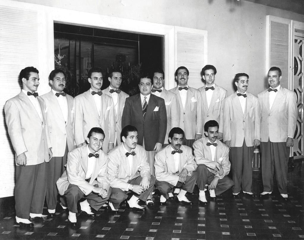 Fotografía sin fecha específica, cedida por la Editorial Unos & Otros, donde aparece la Orquesta Hermanos Castro posando en el Hotel Nacional de Cuba. Foto: EFE/Editorial Unos & Otros.