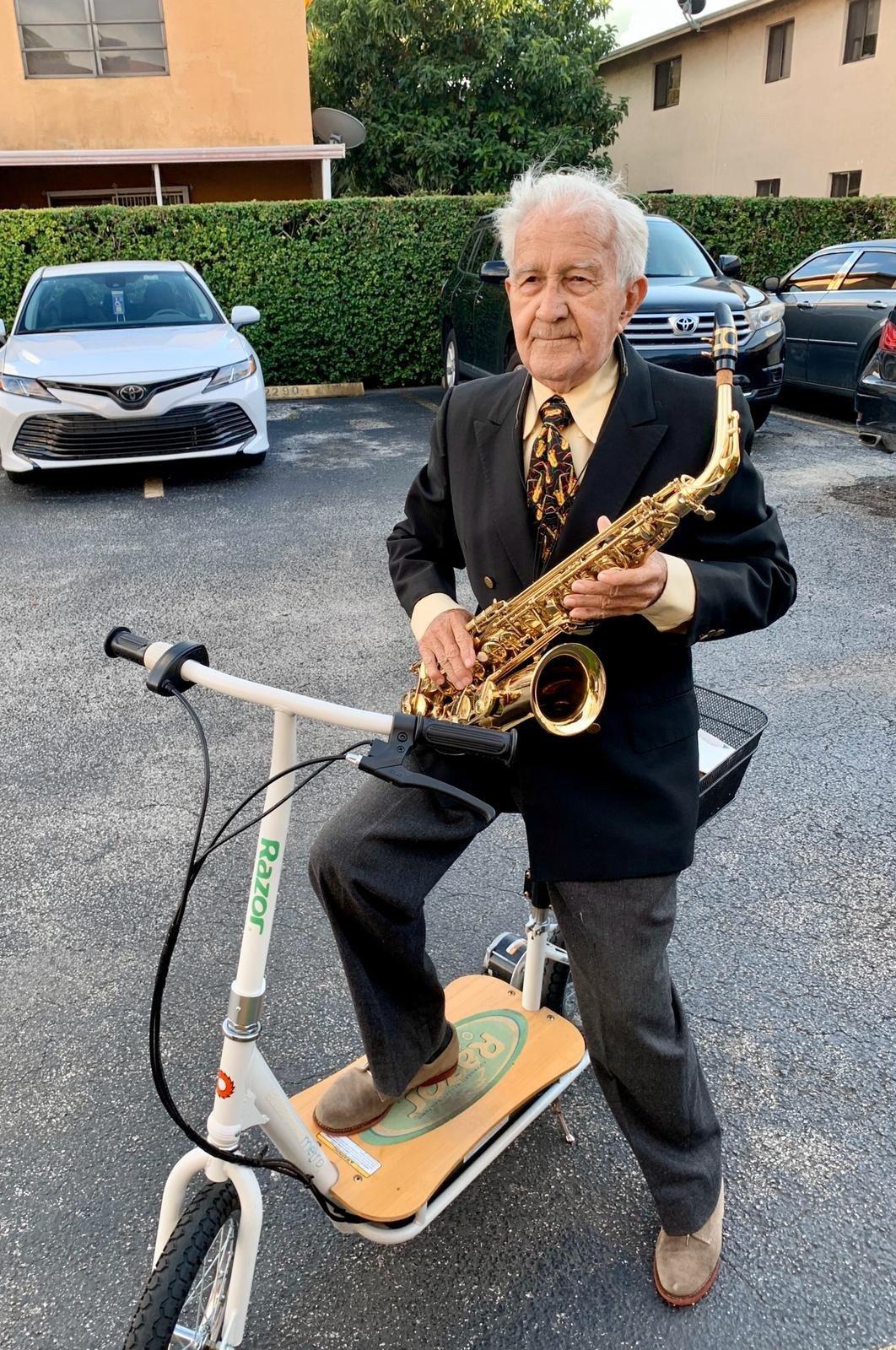 Fotografía cedida por Armando Nuviola donde aparece el saxofonista cubano Marcelino Figarola posando con su saxo en la ciudad de Hialeah, Florida (EE.UU.). Foto: EFE/Armando Nuviola.