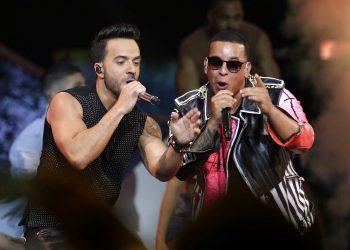 """Luis Fonsi, a la izquierda, y Daddy Yankee cantan en la ceremonia de los Premios Billboard de la Música Latina en Coral Gables, Florida. Fonsi y Yankee serán reconocidos con el premio a la canción latina de la década por """"Despacito"""" en la próxima ceremonia de los Premios Billboard de la Música Latina, el 21 de octubre de 2020. Foto/Lynne Sladky/AP/Archivo."""