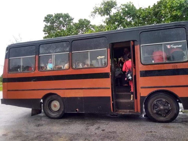 Personas son evacuadas en Pinar de Río. Según medios locales, unas 22 030 personas se mantienen evacuadas en viviendas de familiares y vecinos, así como en 527 centros de evacuación.Fotos: Alberto Peralta/guerrillero.cu