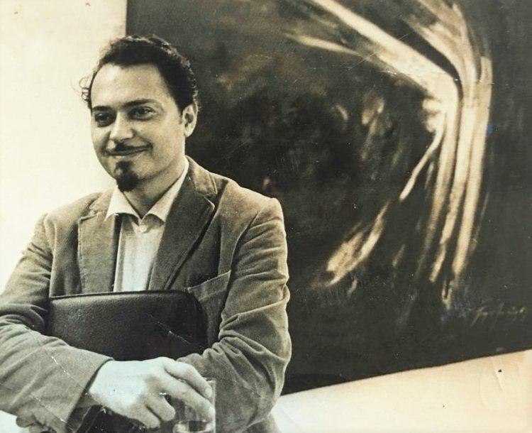 El poeta Fayad Jamís ante uno de sus cuadros. Foto: liberoamerica.com