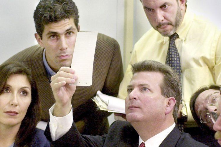 """Fotograma cedido por HBO de una escena del documental """"537 votes"""" donde aparecen unos miembros de la Junta de Escrutinio del condado de Miami-Dade mientras revisan las boletas durante el recuento de 2000 en Florida. Foto: EFE / HBO."""