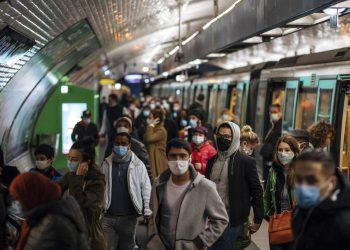 Pasajeros con mascarilla en un andén del metro de París. Foto: Lewis Joly/AP.