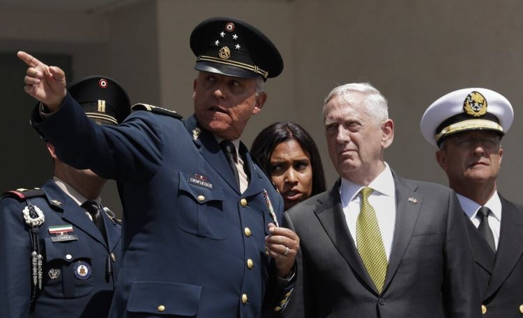 El entonces secretario de Defensa de México, el general Salvador Cienfuegos Zepeda, hace un gesto a su homólogo estadounidense, Jim Mattis, durante una ceremonia de bienvenida en la Ciudad de México. Foto: Rebecca Blackwell/AP/Archivo.