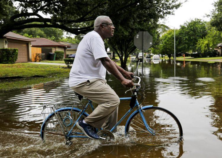 Un hombre monta bicicleta, en Houston, luego de que la tormenta tropical Beta provocara inundaciones en la ciudad. Foto: Godofredo A. Vásquez/Houston Chronicle, vía AP/Archivo.