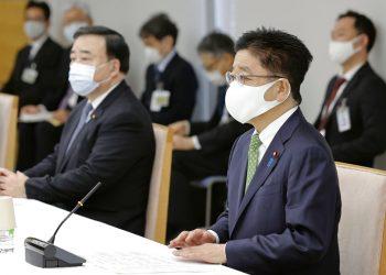 El secretario jefe del gabinete japonés, Katsunobu Kato (derecha), asiste a una reunión con el gobernador de la prefectura de Aomori, sede de la planta de reprocesamiento de combustible nuclear, en Tokio, el miércoles 21 de octubre de 2020. Foto: Kyodo News vía AP.