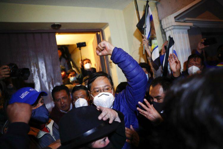Luis Arce, candidato presidencial del partido Movimiento al Socialismo (MAS), está rodeado de simpatizantes después de realizar una conferencia de prensa en La Paz, Bolivia, el lunes 19 de octubre de 2020. Foto: Juan Karita/AP.