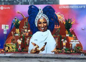 Mural de grandes proporciones y a todo color con la imagen sonriente de la legendaria Celia Cruz, pintado por el artista urbano Cale K2S, en una pared en el barrio de Wynwood de Miami Foto: Ariel Fernández Díaz/EFE.