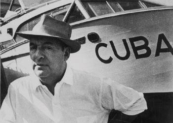Pablo Neruda, posa ante la embarcación Cuba. Foto: detalles de una imagen de Alberto Korda.