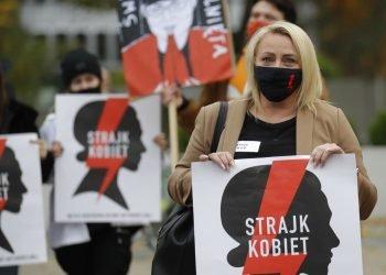 Huelga de Mujeres en protesta por el endurecimiento de la ley del aborto en Polonia, en el exterior del Parlamento polaco, mientras en el interior, Jaroslaw Kaczynski, líder del partido conservador que gobierna el país, tuvo que ser escoltado por la policía ante los reproches de la oposición. Foto: Czarek Sokolowski/AP.