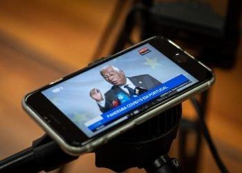 El primer ministro de Portugal, António Costa, visto desde un teléfono. Foto: twitter.com/antoniocostapm