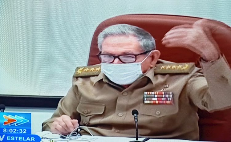 Captura de pantalla de una transmisión de Televisión Cubana (TVC) que muestra al expresidente y líder del Partido Comunista de Cuba (PCC), Raúl Castro, durante una reunión que abordó los preparativos de su VIII congreso, previsto para abril de 2021, en La Habana (Cuba). Foto: EFE
