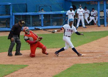 Apoyados en su temible ofensiva, los Toros de Camagüey (de blanco) lideran la &0 Serie Nacional de Béisbol tras finalizado el primer tercio del torneo. Foto: Leandro Pérez / Facebook.