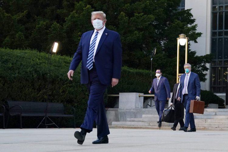 Donald Trump fotografiado a la salida del hospital militar donde estuvo internado tres días tras detectársele el COVID-19. Foto del 5 de octubre del 2020 tomada en Bethesda, Maryland. Foto: Evan Vucci/AP.