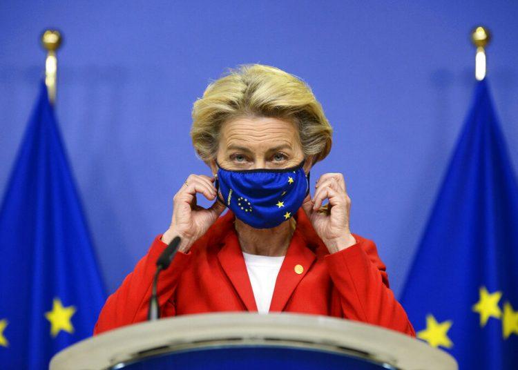 La presidenta de la Comisión Europea, Ursula von der Leyen, se quita una mascarilla antes de hacer una declaración sobre el Acuerdo de Salida de Gran Bretaña, en la sede de la UE en Bruselas, el jueves 1 de octubre de 2020. Foto: Johanna Geron, Pool via AP.